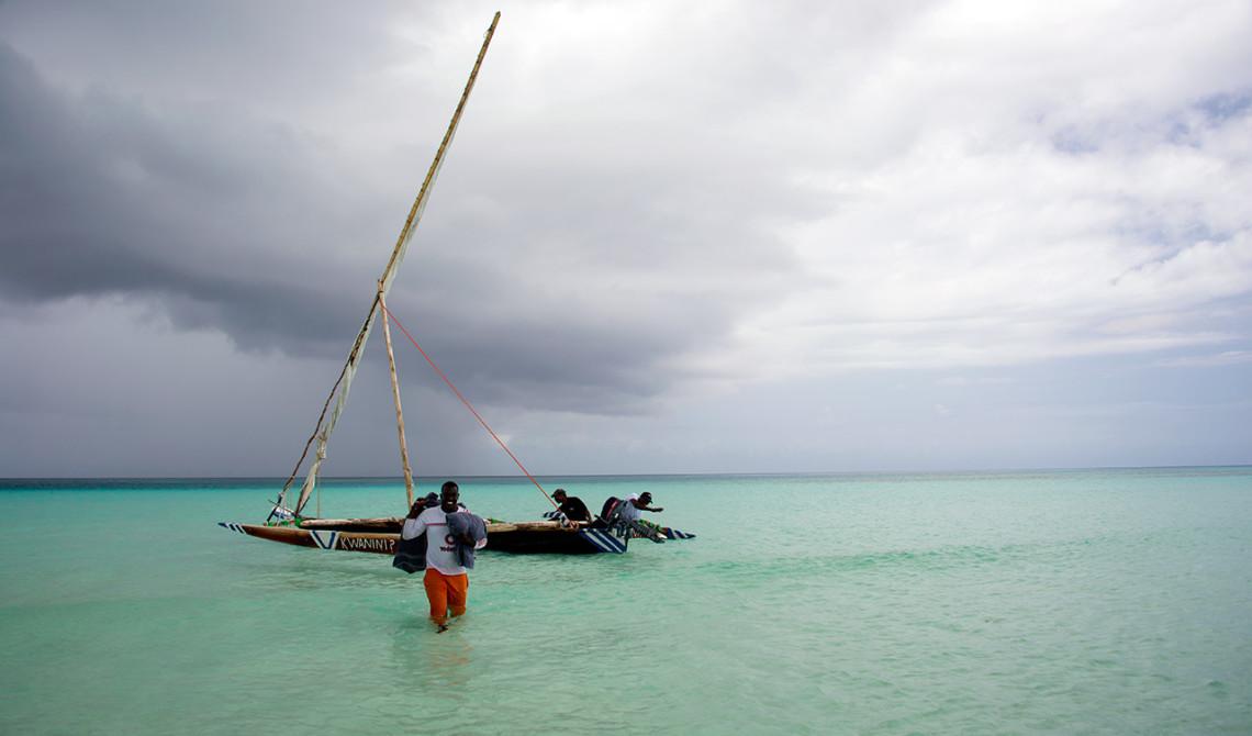 Ali och besättningen på Ngalawa båten