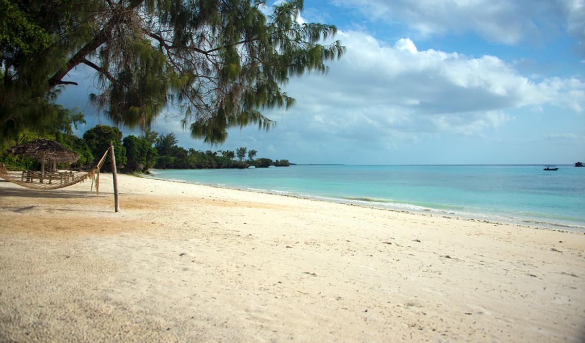 Eftermiddagssol över stranden vid Manta Resort på Pemba