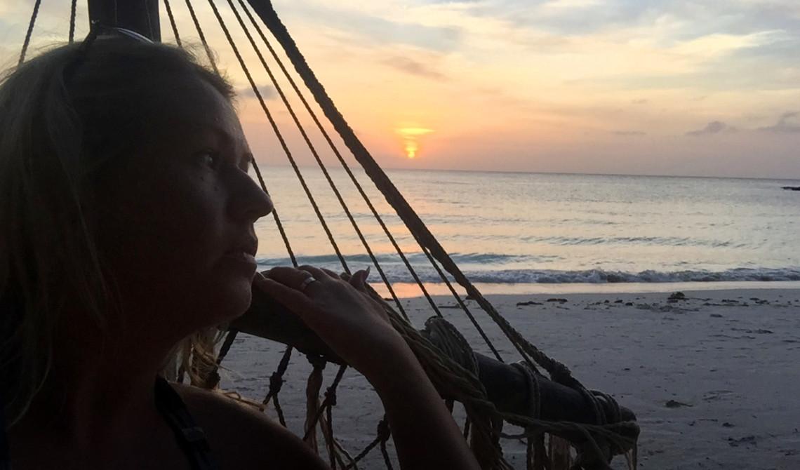 Anki i hammocken vid solnedgång över Pemba