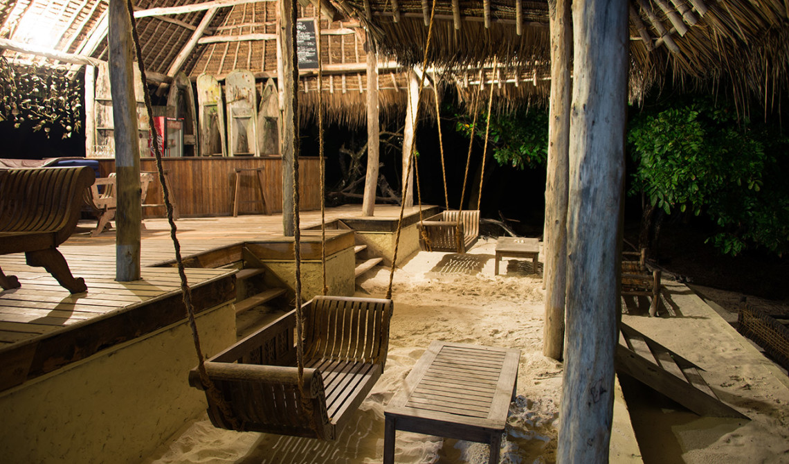 Strandbaren på Manta Resort nattetid