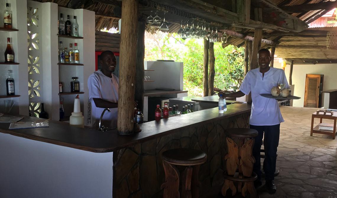 Drinkar på väg från baren på Manta Resort