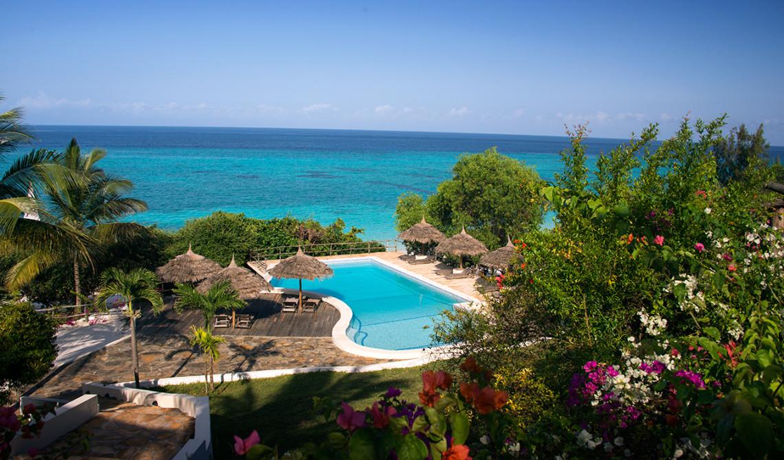 Vy över pool och hav från Manta Resort på Pemba i Tanzania