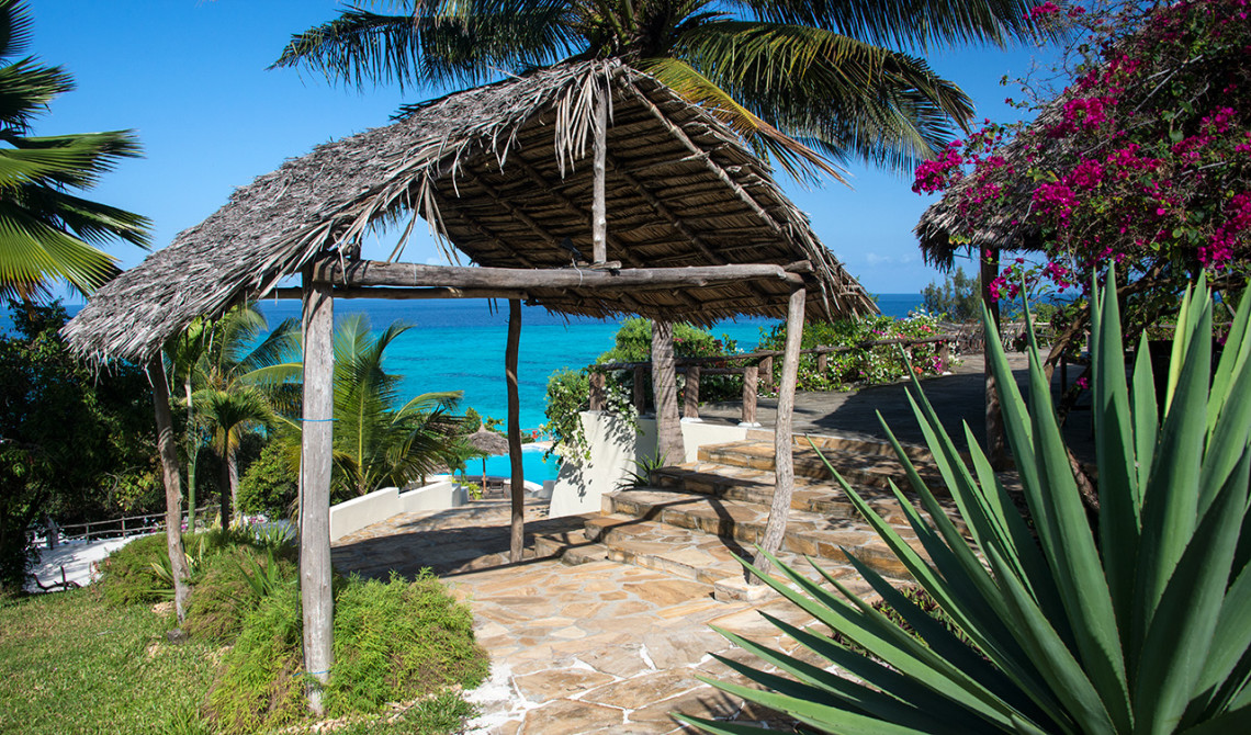 Gången ner till poolen och havet på Manta Resorts