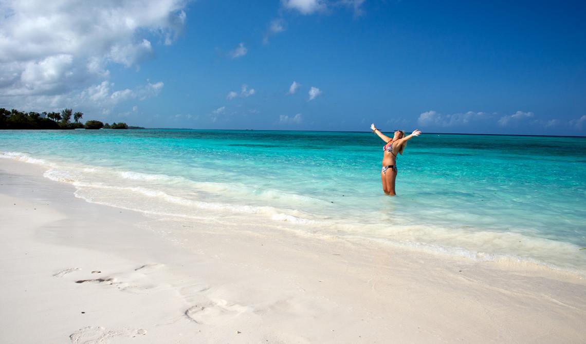 Anki njuter av sol och strand, vilket paradis