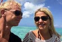 Anki & Lars på båten på väg till sandbanken