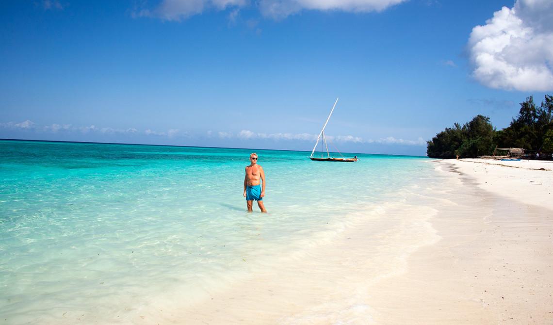 Lars på stranden vid Manta Resort