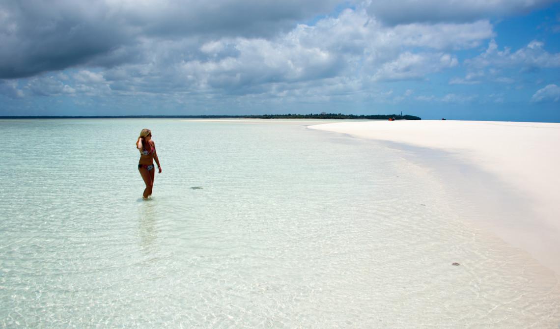 Anki har svårt att få nog av denna plats och vill inte lämna vattnet och den mjuka sanden