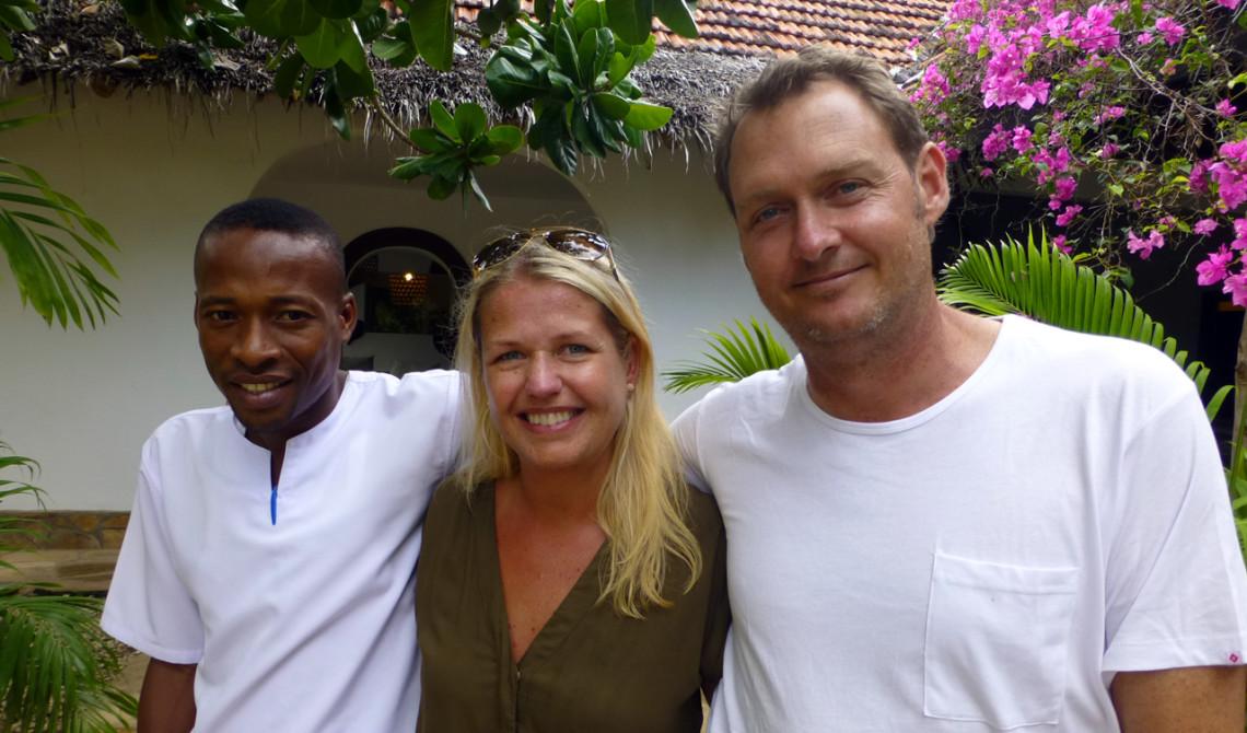 Anki tillsammans med Matthew och en av de lokalt anställda på Manta Resort