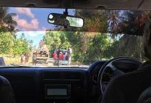 På väg i bil från Manta Resort mot Pembas flygplats