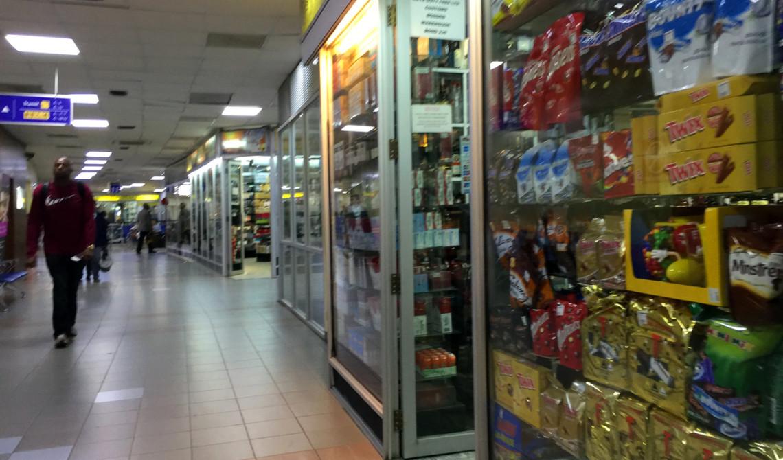 Andra gången vi besöker Nairobi flygplats och vi känner igen oss och de butiker vi tidigare varit i