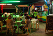 En av flera restauranger längst stranden i Saint-Luce, Martinique-by-night