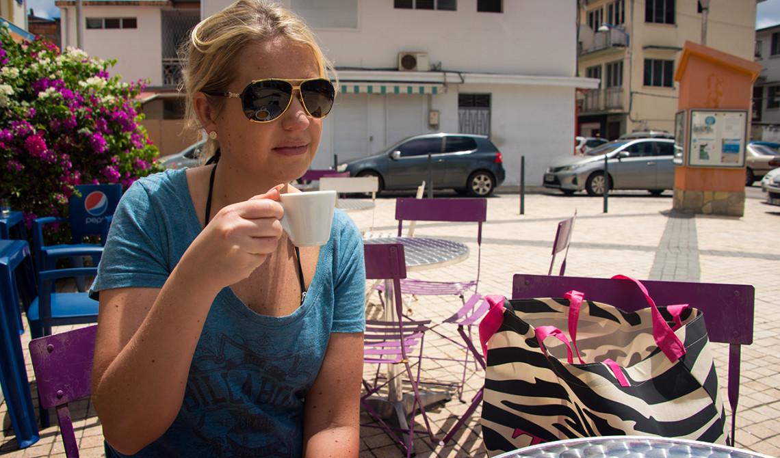 Anki tar en kaffe på Bar Epicerie Pame, Sainte-Luce, Martinique