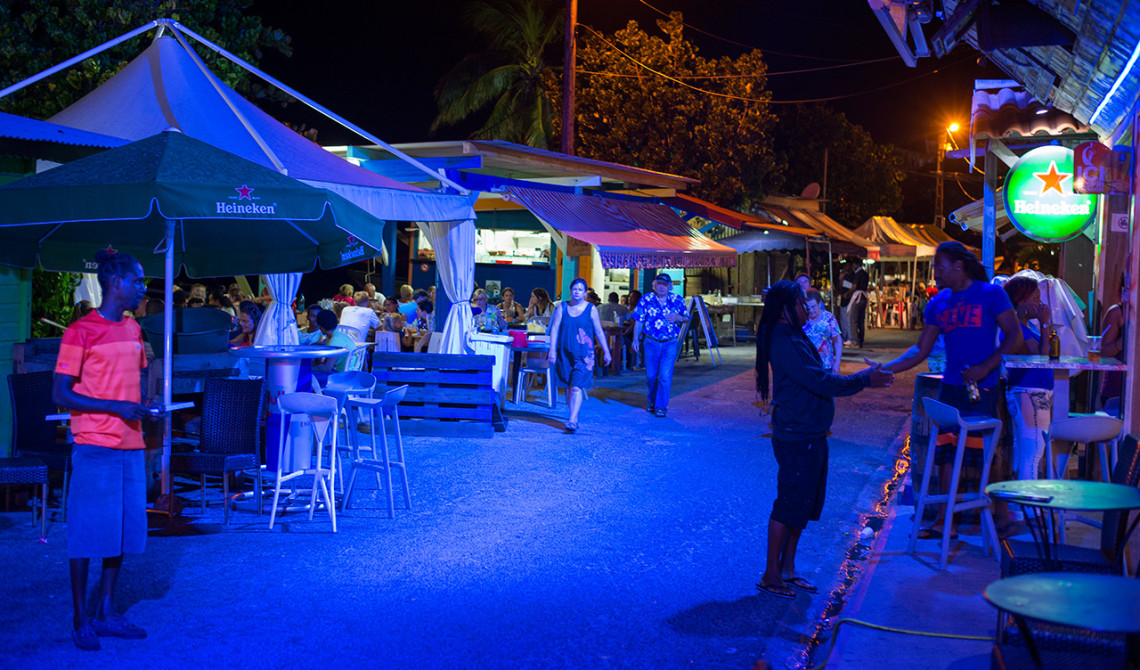 Restauranggatan i Sainte-Luce kvällstid
