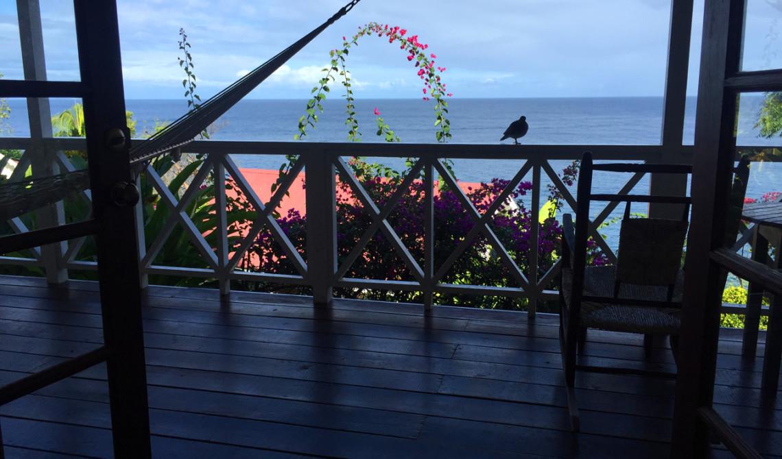 Utsikten från vårt rum med dörrarna uppslagna på Ti Kaye Resort & Spa-på Saint Lucia