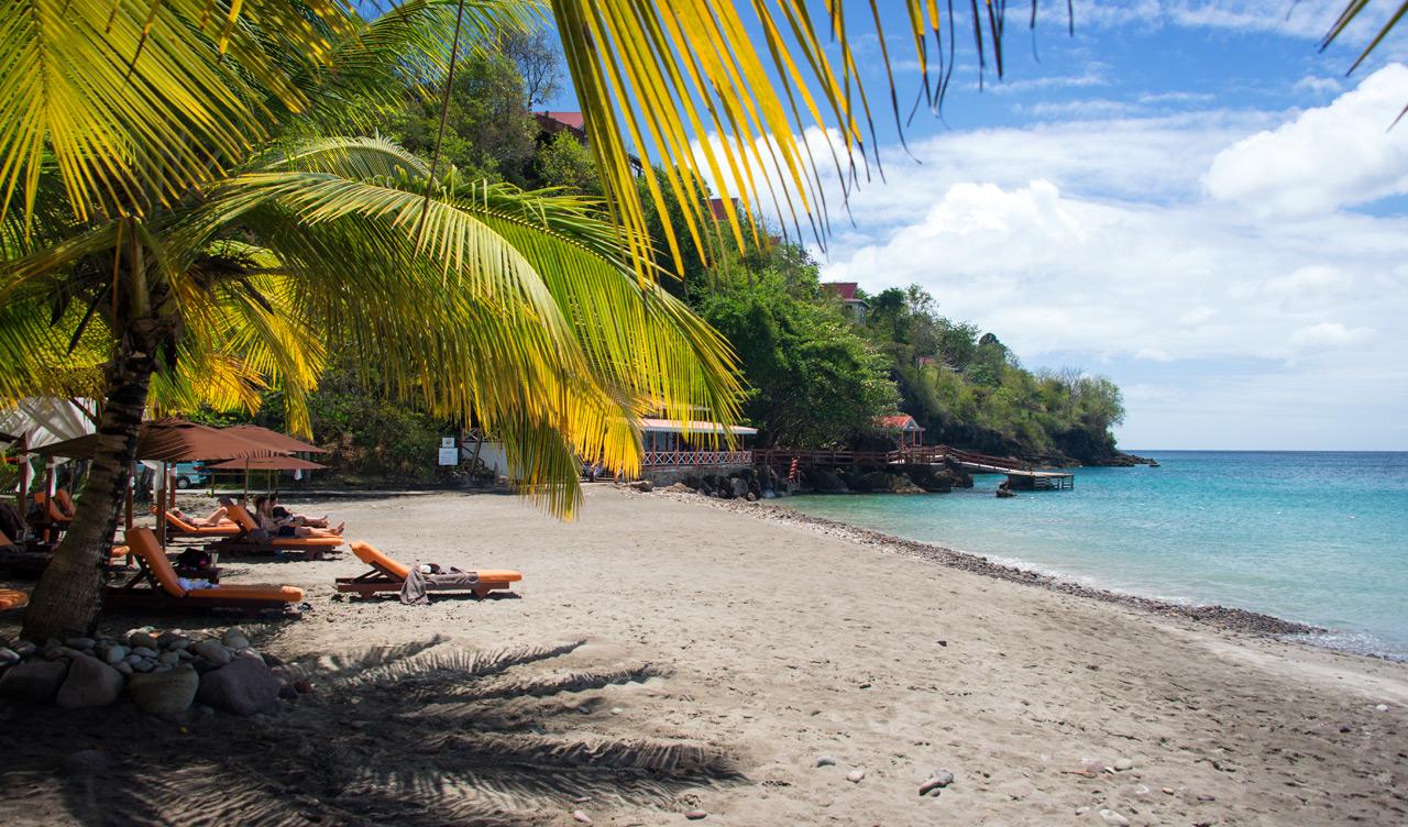 Under palmbladen på stranden till Ti Kaye Resort & Spa, Saint Lucia