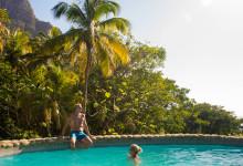 Skönt och svalkande dopp i poolen till vår villa Hibiscus på Stonefield Estate Resort, Soufrière, Saint Lucia
