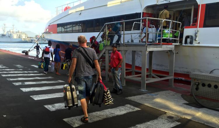 På väg ombord på L'Express des iles
