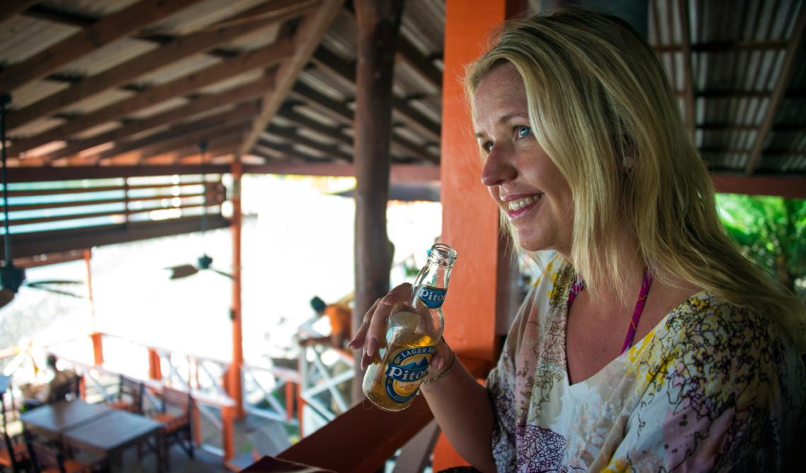 Anki tar en öl efter några timmar på stranden, Ti Manje Restaurant på Ti Kaye Resort & Spa, Saint Lucia