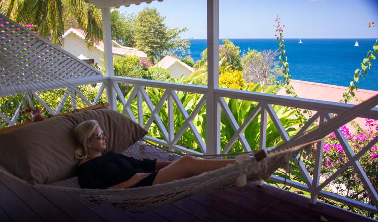 Anki i hammocken på vår veranda, Ti Kaye Resort & Spa, Saint Lucia