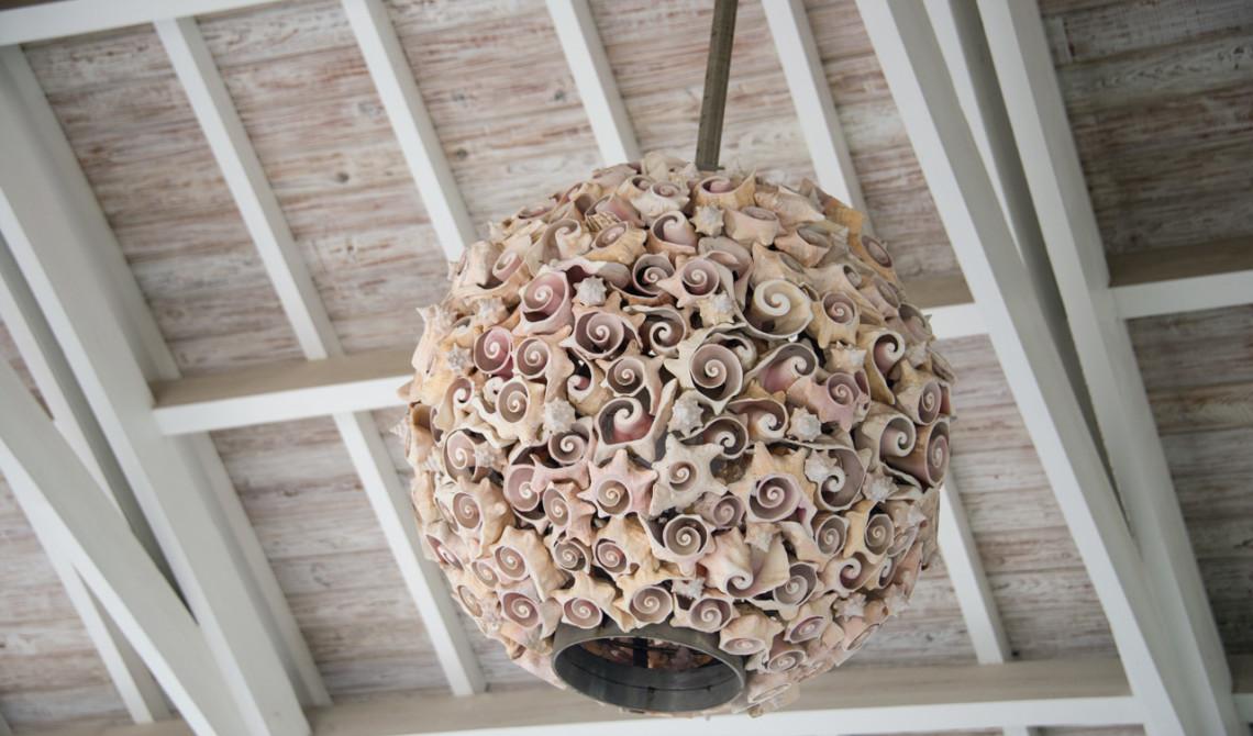 Taklampa i receptionen till West Bay Club Resort, Turks & Caicos
