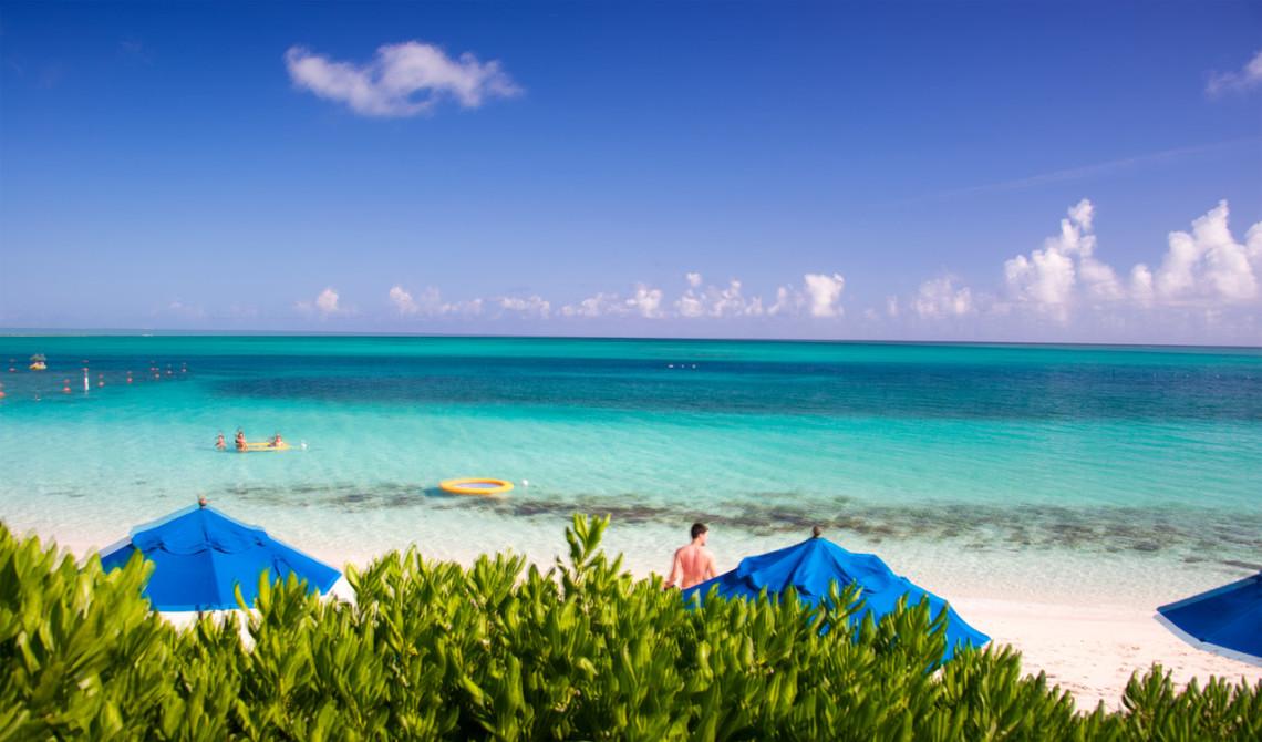 Vacker vy över strand och hav från frukosten på Windsong Resort, Turks & Caicos
