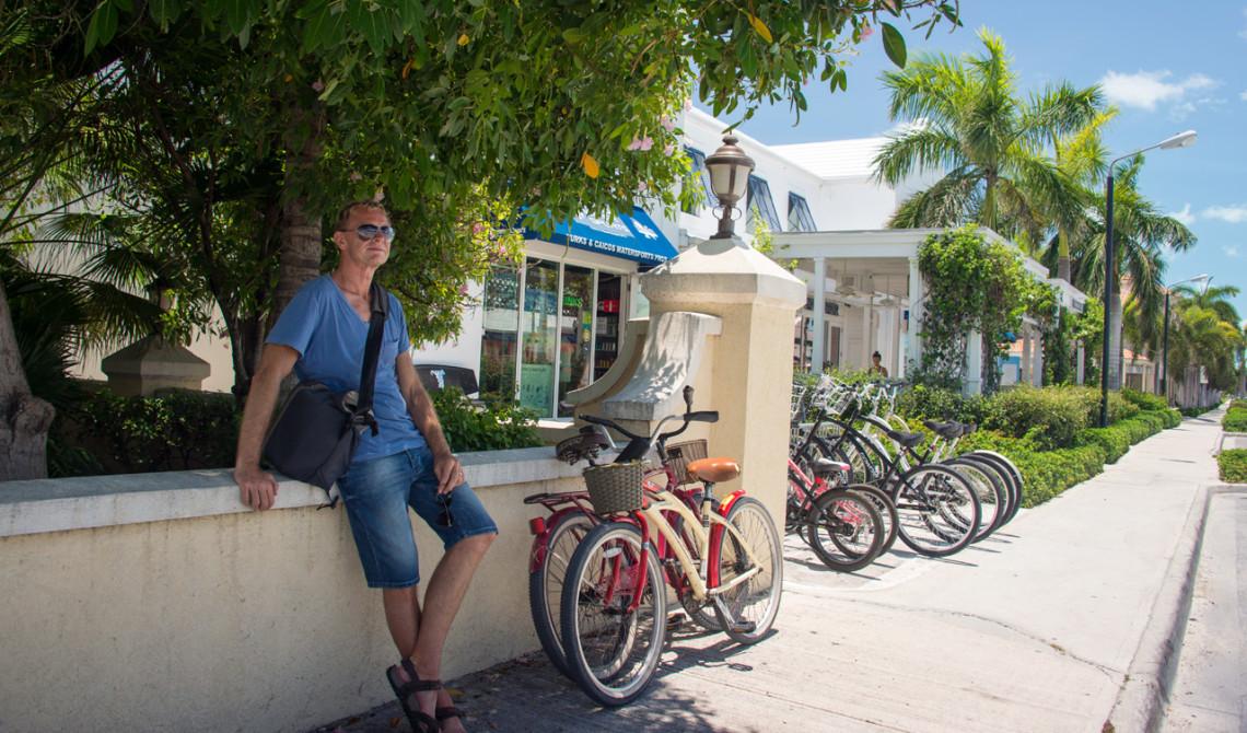Lars vid cyklarna i skuggan efter att vi köpt kall dryck från en liten butik i The Saltmills, Turks & Caicos