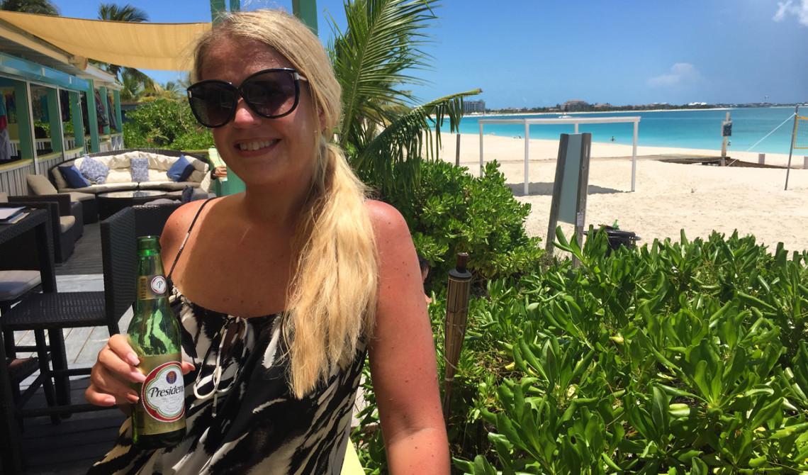 Anki under lunchen på Rickie's Flamingo Café, Turks & Caicos