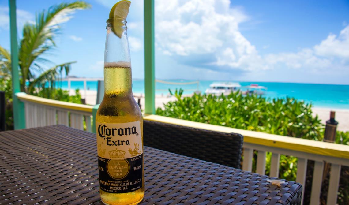 En kall öl på verandan till Rickie's Flamingo Café, Turks & Caicos