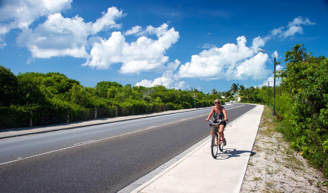 Anki under vår utflykt på cykel runt Turks & Caicos