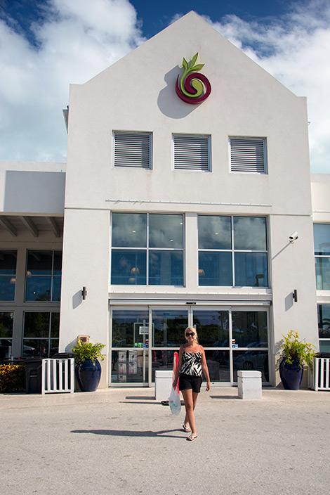 Anki utanför en supermarket på Turks & Caicos