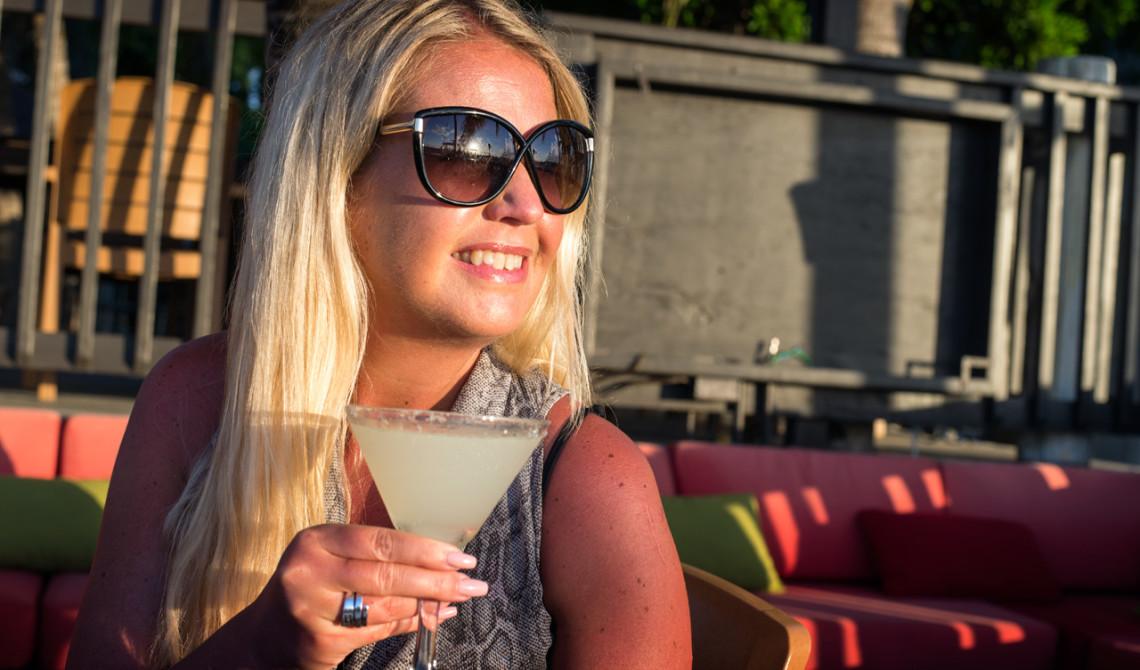 Anki med drink på Tiki Hut Island Eatery, Turks & Caicos