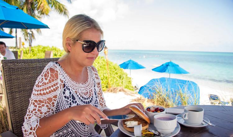 Anki under frukost på Windsong Resort, Turks & Caicos