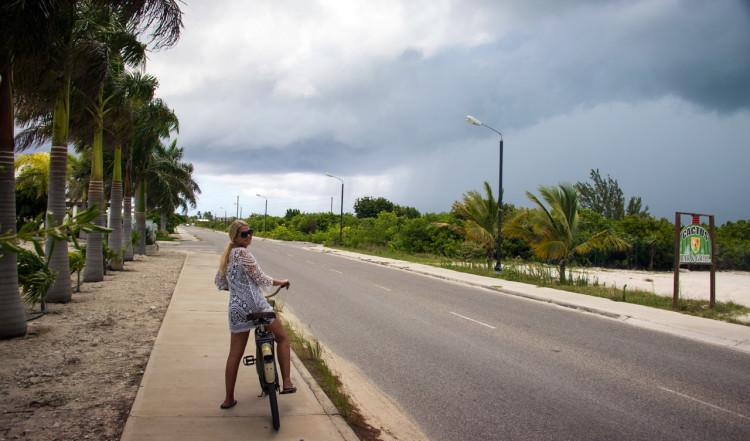 Anki på cykeln utmed vägarna på Turks & Caicos