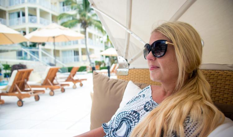 Anki i en solbädd vid poolen på Windsong Resort, Turks & Caicos