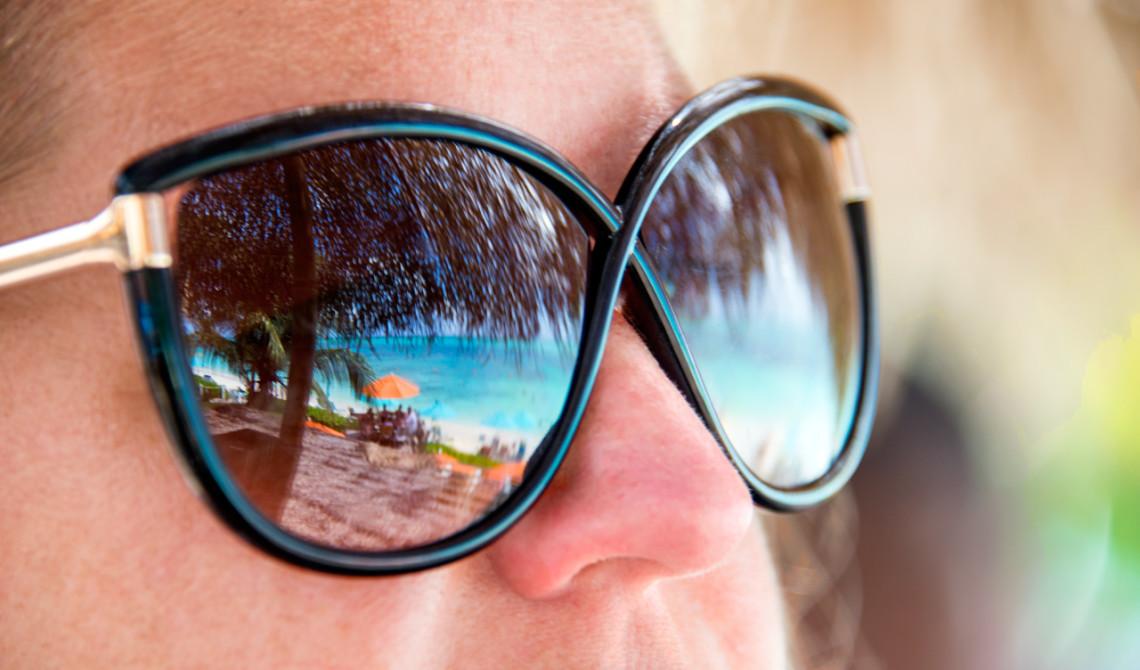 Strandvyn speglas i Ankis solglasögon, Somewhere Café & Lounge, Turks & Caicos