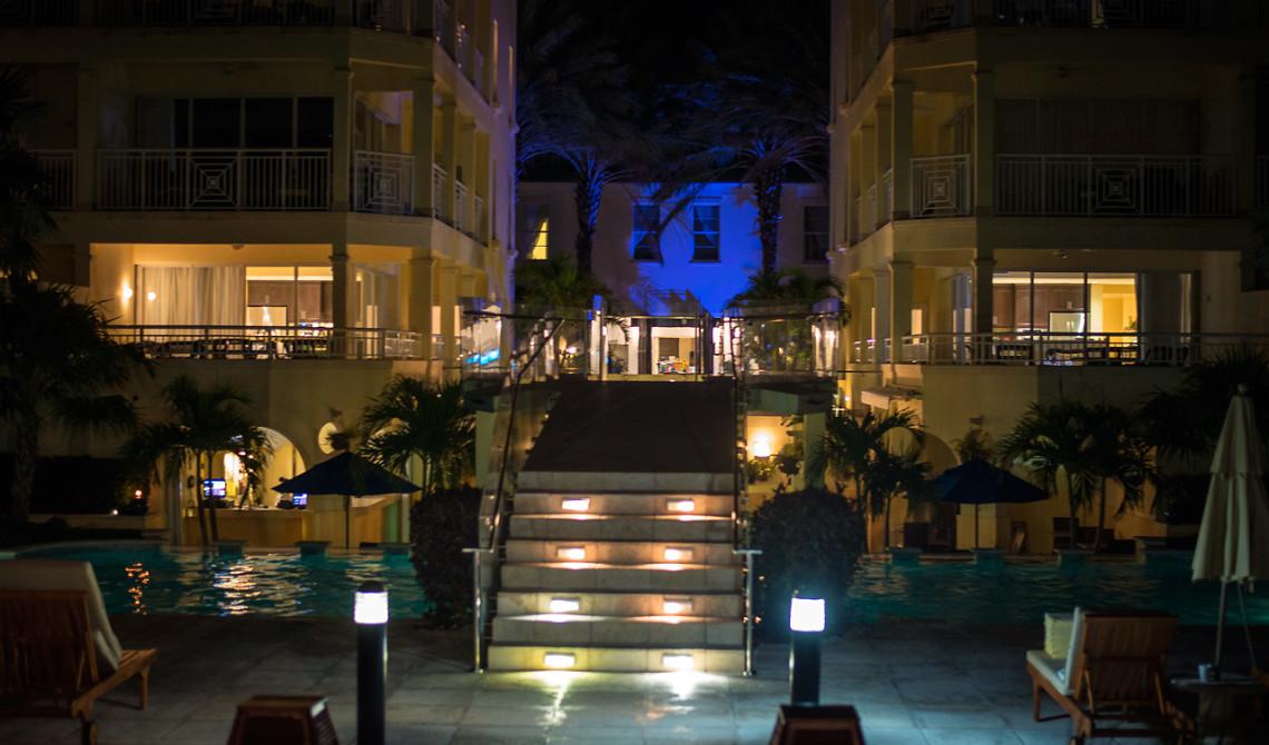 Nattvy från poolen upp mot Windsong Resort, Turks & Caicos