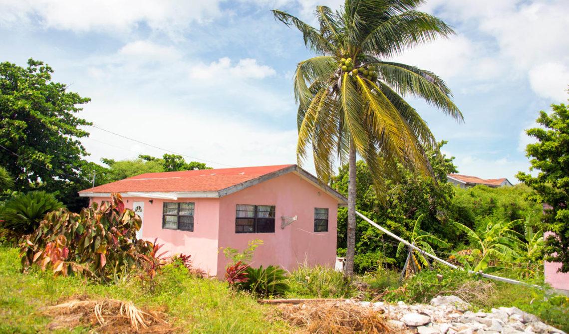 Ett hus vid vägen i en av byarna på North Caicos