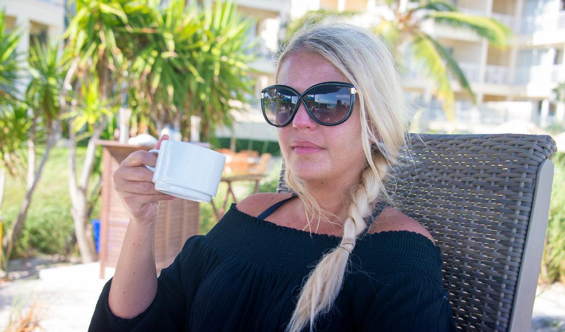 Anki vid frukosten på Windsong Resort Turks & Caicos