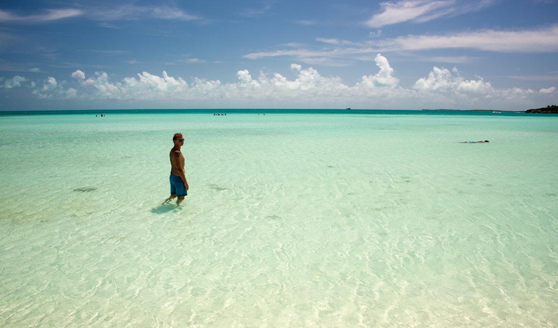 Lars på väg ut i det långgrunda vattnet vid Taylor Bay Beach på Turks & Caicos
