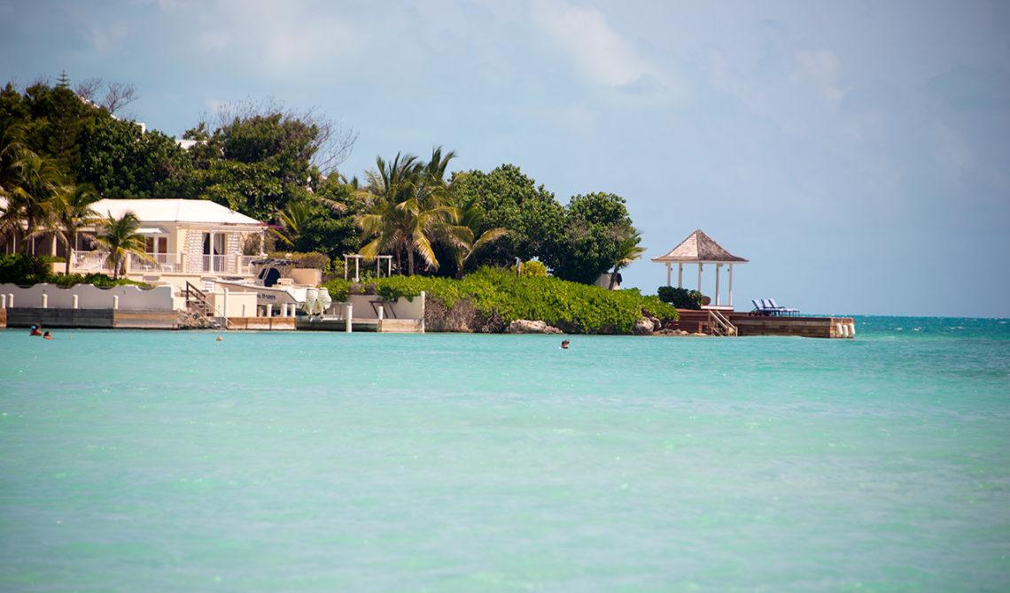 Hus vid Taylor Bay Beach på Turks & Caicos som måste ha en av de vackraste utsikterna på ön