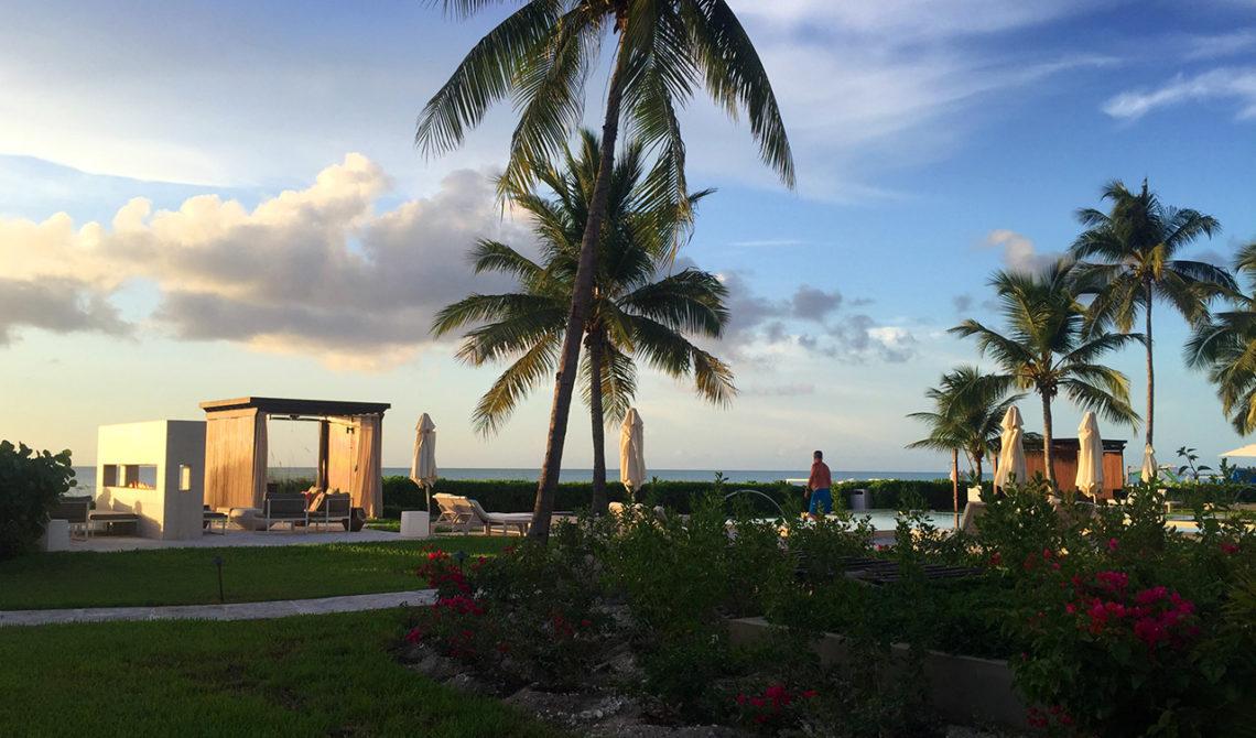 Vacker kvällsvy möter oss när vi kommer in på Grace Bay Club, Turks & Caicos