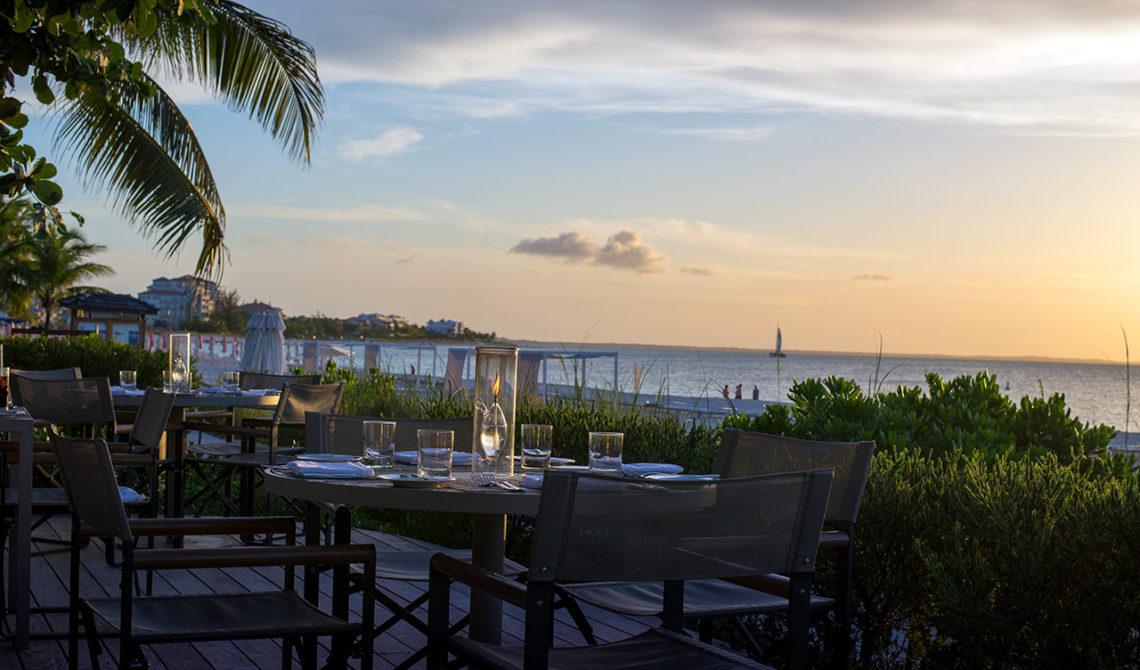 Bord i sanden till restaurangen på Grace Bay Club, Turks & Caicos