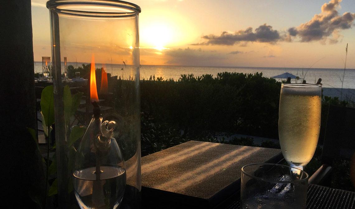 Ett glas bubbel på Grace Bay Club under solnedgången