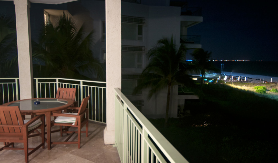 Kvällsvy från balkongen till vår Oceanfront Luxury One-beedrom suite, West Bay Club Resort, Turks & Caicos