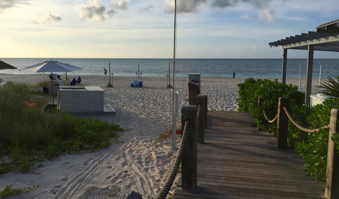 På väg ut till privat fördelsedagsmiddag serverad på stranden till West Bay Club Resort, Turks & Caicos