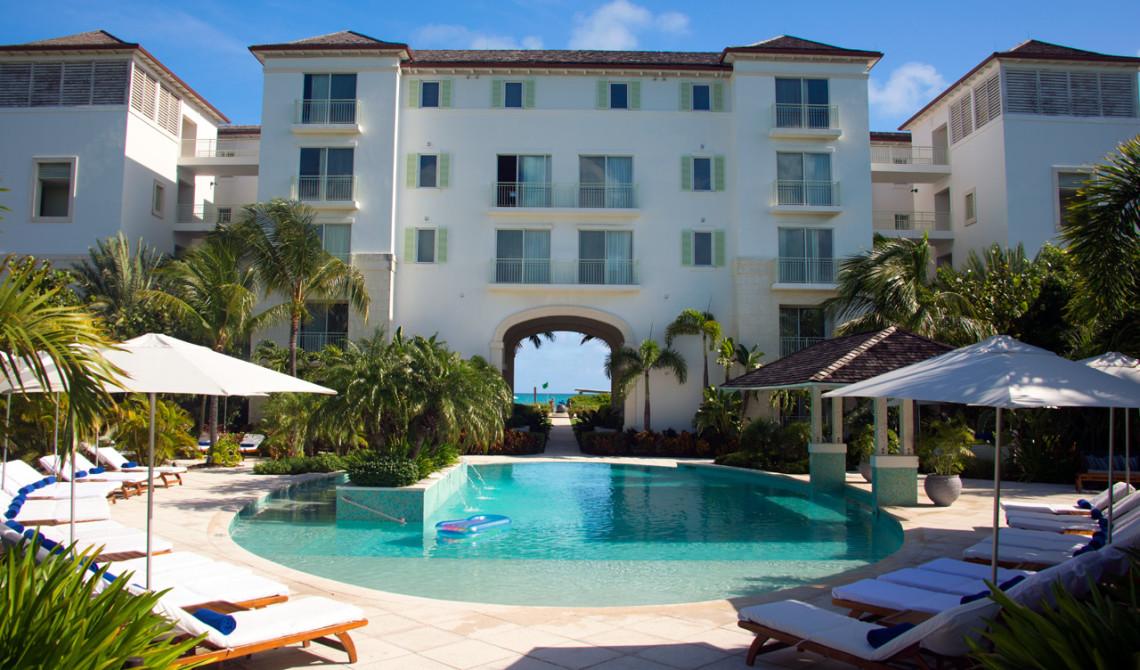 Entré och poolvy till West Bay Club Resort, Turks & Caicos