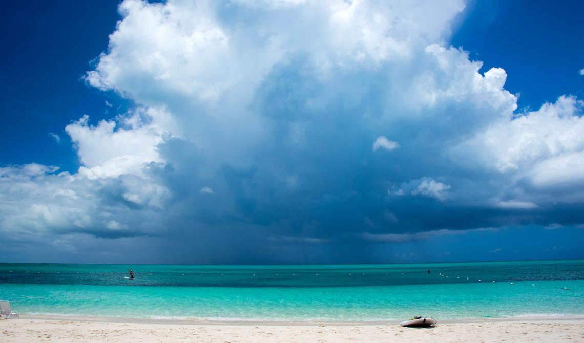 Mäktiga regnmoln längre bort i horisonten, West Bay Club Resort, Turks & Caicos