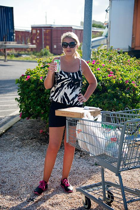 Anki utanför Graceway Supermarket vid Leeward Highway på Turks & Caicos