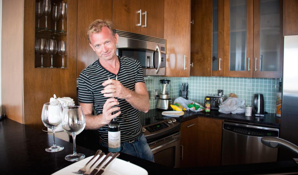 Lars korkar upp en flaska vin på rummet, Oceanfront Luxury One-beedrom suite, West Bay Club Resort, Turks & Caicos