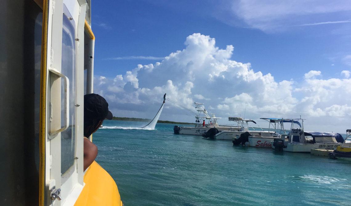TCI färja lämnar Providenciales för att ta oss till North Caicos